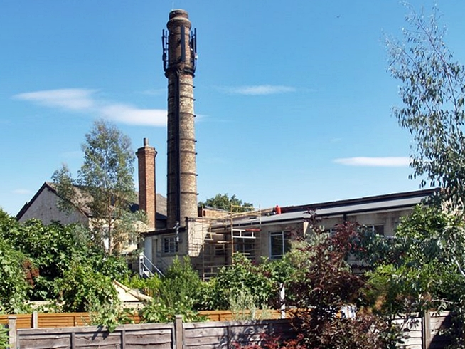 The Wood Green and Hornsey Steam laundry was known to use water from the Muswell Stream in the 1890s. The chimney of this old laundry still stands.
