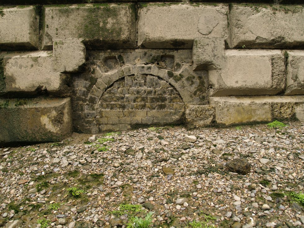 Parrs Ditch follows the historic boundary between Hammersmith and Fulham. At the outfall of the Ditch onto the Thames there is an old boundary marker on the river wall.