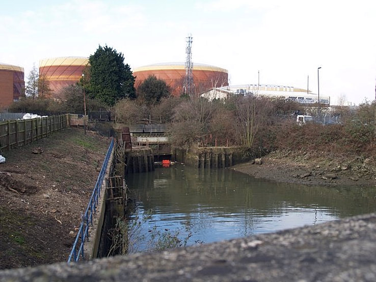 A small neglected section of  the Kensington Canal entrance behind Lots Road Power Station. This stretch of the waterway was previously the Counter's Creek