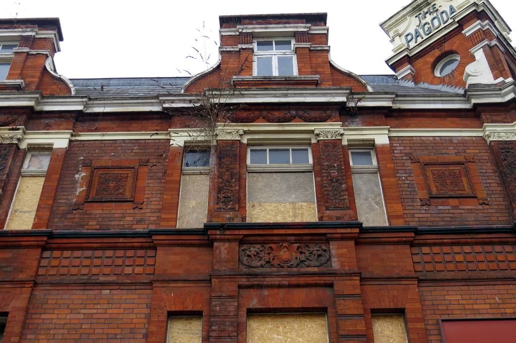 Picture of derelict Bermondsey Pagoda pub in Tower Bridge Rd on guided walking tour of the River Neckinger with Paul Talling
